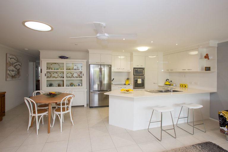 villa kitchen and dining area