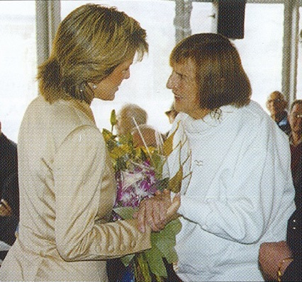 Politician Julie Bishop exchanging flowers with IRT resident